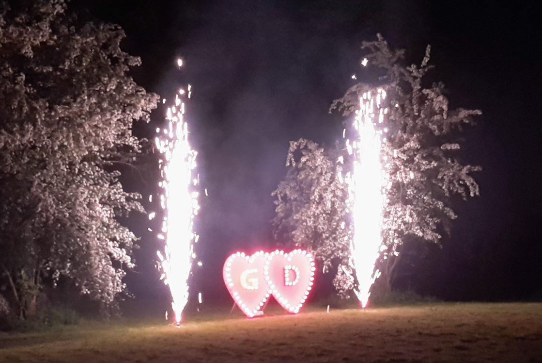 Zwei große Herzen in rot mit den Initialen beider Partner für ein ganz besonderen Heiratsantrag.