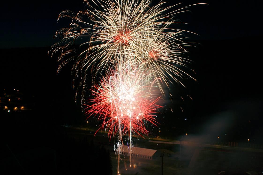Ein farbenfrohen Feuerwerk in den Farben rot zu silber mit golden glitter für eine Veranstaltung